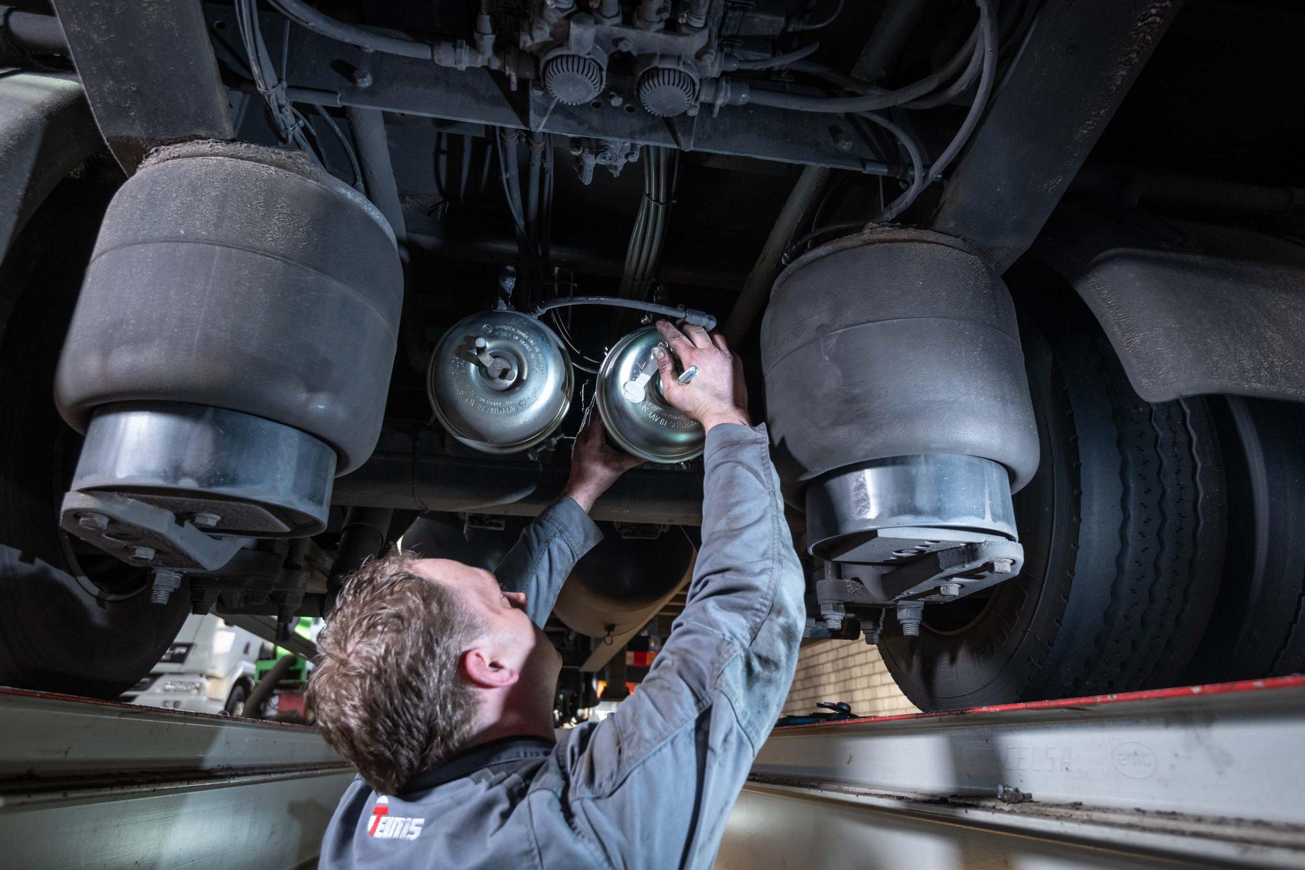 monteur vervangt onderdelen vrachtwagen